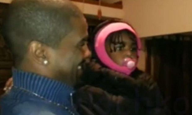 Δείτε πώς αντιδρά ένα κοριτσάκι όταν βλέπει για πρώτη φορά το δίδυμο αδελφό του μπαμπά του! (βίντεο)