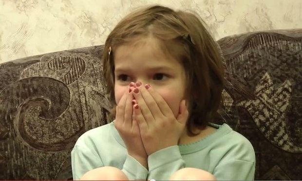 Οκτάχρονο κοριτσάκι βλέπει τη γέννησή του σε βίντεο! Δείτε την αντίδρασή του! (βίντεο)