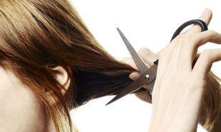 Κουρέψτε τις άκρες των μαλλιών σας μόνες σας σε 4 βήματα!