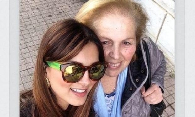 Η Σταματίνα Τσιμτσιλή στο εκλογικό κέντρο με τη μαμά της! (εικόνα)