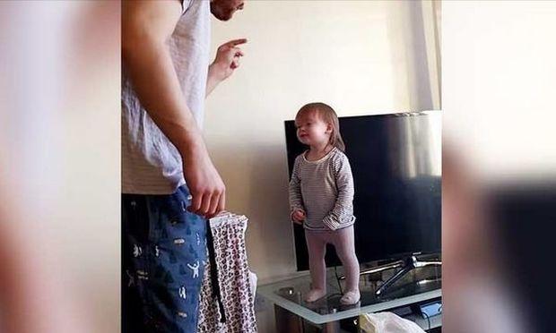 Μπαμπάς ζητά από την κόρη του να κατέβει από το τραπέζι. Δείτε την αντίδρασή της!(βίντεο)