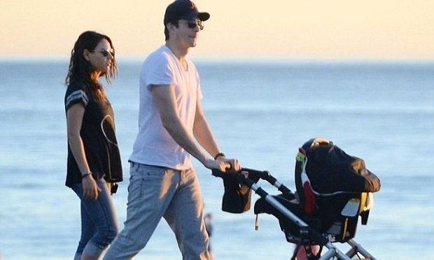 Μίλα Κούνις & Άστον Κούτσερ: Η πρώτη τους βόλτα στη θάλασσα με το μωρό τους! (εικόνες)