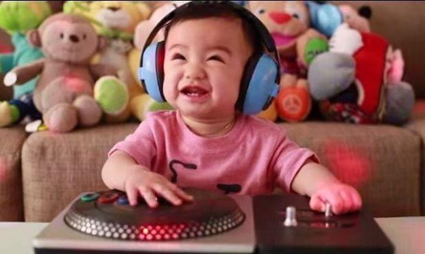 Η πιο πρωτότυπη πρόσκληση σε παιδικό πάρτι: Δείτε τι έκανε αυτό το μωράκι! (βίντεο)
