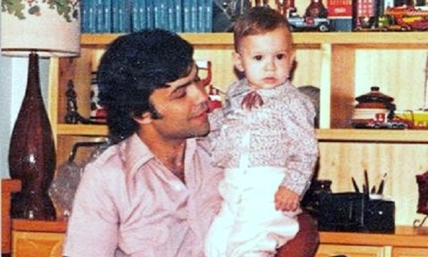 Ποιος πασίγνωστος τραγουδιστής είναι το μωράκι της φωτογραφίας; (εικόνες)