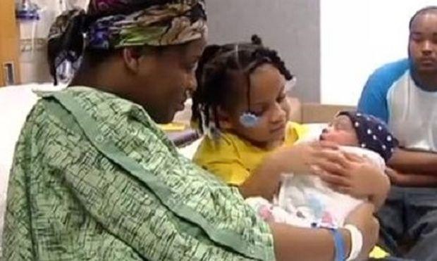 Απίστευτη ιστορία: Τετράχρονο κοριτσάκι έσωσε τη ζωή της εγκύου μαμάς της! (εικόνες)