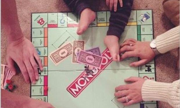 Επιτραπέζιο με το γιο τους παίζουν οι... (εικόνες)