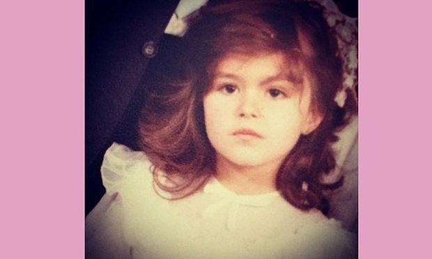 Το κοριτσάκι της φωτογραφίας σήμερα είναι γνωστή Ελληνίδα τραγουδίστρια! Πάει κάπου το μυαλό σας;