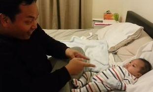 Αυτός ο μπαμπάς προκαλεί το μωράκι του σε μονομαχία χορού! H αντίδραση του μωρού; Ανεκτίμητη! (βίντεο)