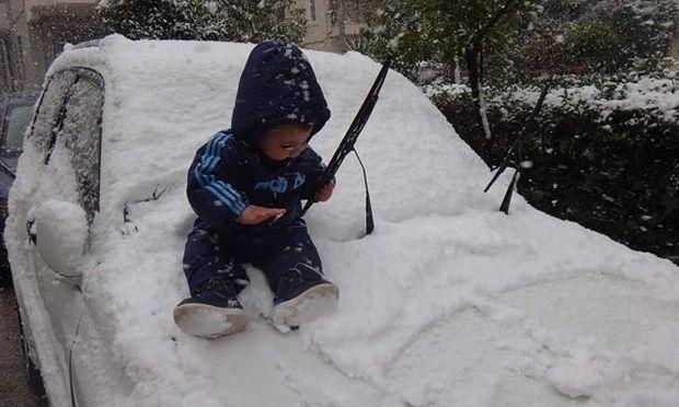 Γιος γνωστής Ελληνίδας δημοσιογράφου παίζει με το χιόνι πάνω στο αμάξι! (εικόνα)