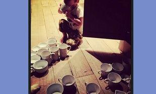 Γιος πασίγνωστης τραγουδίστριας της ετοίμασε… πολλές κούπες καφέ! (εικόνα)