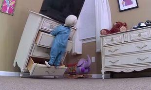 Βίντεο δείχνει στους γονείς πώς θα προφυλάξουν το παιδί τους από τους κινδύνους που κρύβει ένα σπίτι!