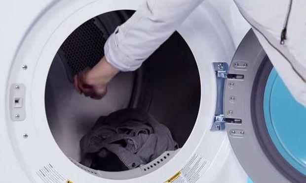 Δείτε για ποιο λόγο τοποθετεί παγάκια μέσα στο στεγνωτήριο με τα ρούχα!(βίντεο)