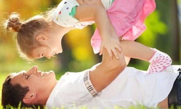 Τα παιδιά συμβουλεύουν: «Έτσι είναι ο τέλειος μπαμπάς!» (βίντεο)