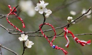Υποδεχθείτε το Μάρτιο φτιάχνοντας με τα παιδιά σας τα παραδοσιακά βραχιολάκια για τον ερχομό της άνοιξης! (βίντεο)