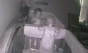 Αν και ήταν η ώρα του ύπνου για αυτά τα κορίτσια, η κάμερα τα «τσάκωσε» να κάνουν κάτι άλλο!(βίντεο)