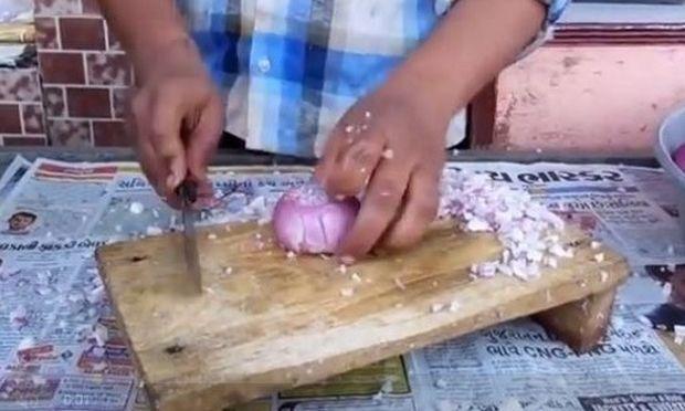 Δείτε πώς ψιλοκόβει αυτός ο άνδρας τα κρεμμύδια και δεν θα τα κόψετε ποτέ ξανά με τον δικό σας τρόπο!(βίντεο)