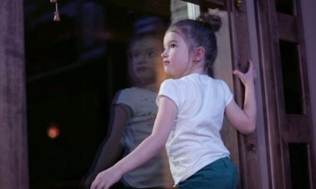 Δείτε γιατί τα παιδιά σας δεν πρέπει να τα αφήνετε μόνα τους σε χώρους που έχετε κουρτίνες ρόμαν και στόρια! (βίντεο)