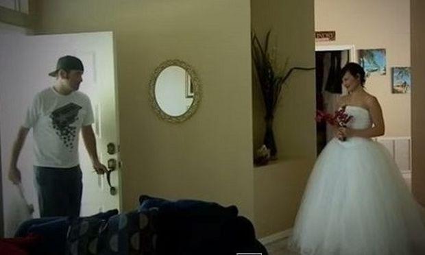 Αυτή η γυναίκα φόρεσε το νυφικό του γάμου της και περίμενε τον άνδρα της. Δείτε γιατί!(βίντεο)