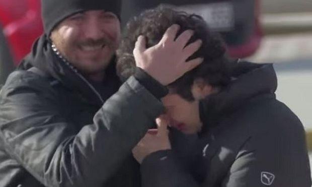 Μοναδικό:Έμαθαν τη νοηματική για να μη νιώθει διαφορετικός ο κωφός γείτονάς τους!(βίντεο)