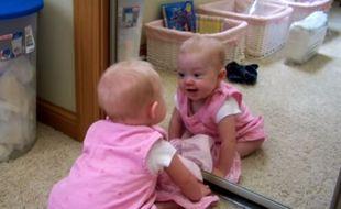 Αυτή η μαμά έβαλε το μωρό της μπροστά από έναν καθρέφτη και αυτό αντιδρά με τον πιο απολαυστικό τρόπο! (βίντεο)