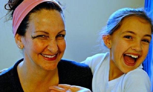 Τι συνέβη όταν αυτή η μαμά άφησε τα παιδιά της να της κάνουν το μακιγιάζ; Το αποτέλεσμα είναι άκρως απολαυστικό! (εικόνες)