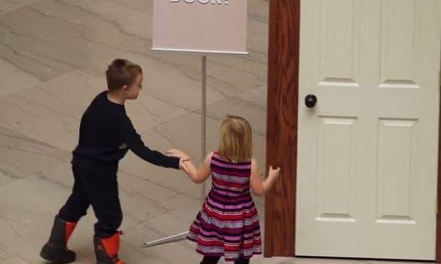 Αυτά τα δύο αδέρφια ανοίγουν την πόρτα. Δείτε τι κρύβεται πίσω από αυτή!(βίντεο)