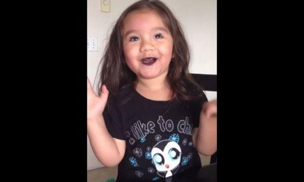 Αυτό το 4χρονο κοριτσάκι πήρε κρυφά τα καλλυντικά της μαμάς του και έκανε το πιο εντυπωσιακό μακιγιάζ! (βίντεο)