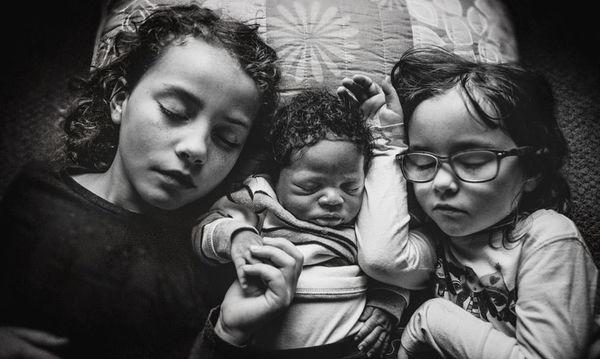 Οι τρυφερές φωτογραφίες αυτού του υιοθετημένου μωρού μαρτυρούν τη δύναμη της άνευ όρων αγάπης (εικόνες)