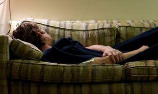 «Ο σύζυγός μου δεν κοιμάται πια στο κρεβάτι μας αλλά στον καναπέ όταν τσακωνόμαστε. Πώς μπορεί να επηρεάσει αυτό τα παιδιά μας;»
