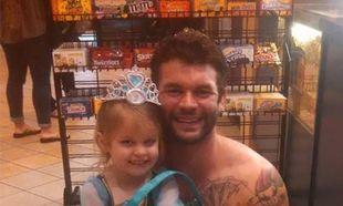 Αυτή η μικρή φοβόταν να φορέσει τη στολή της πριγκίπισσας και ο θείος της τη βοήθησε με τον πιο απίστευτο τρόπο!(εικόνες)