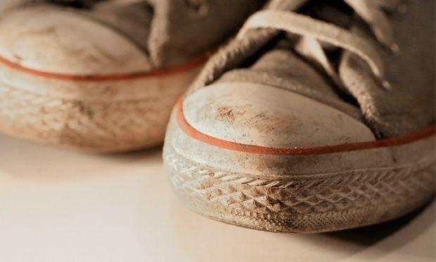 Δε θα πιστεύετε ποιο είναι το κόλπο για να μη μυρίζουν τα παπούτσια σας άσχημα!