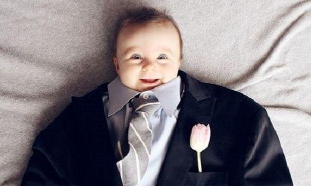 Μωράκια με κουστούμια και ρούχα για μεγάλους ποζάρουν στο φακό! Είναι όλα αξιολάτρευτα! (εικόνες)