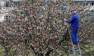 Αυτό είναι το πιο εντυπωσιακό πασχαλινό δέντρο στον κόσμο στολισμένο με 10.000 αυγά! (εικόνες)
