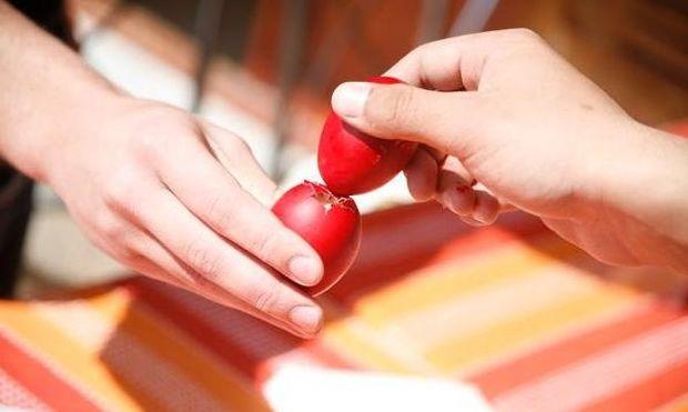 Αλήθεια γιατί τσουγκρίζουμε αυγά το Πάσχα;