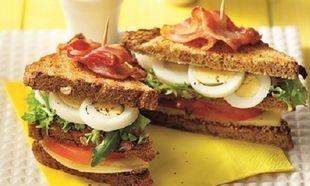 Κλαμπ σάντουϊτς με αβγό τυρί καπνιστό και τραγανό μπέικον!