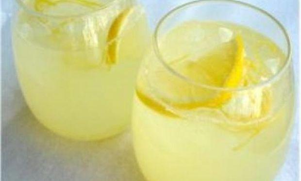 Συνταγή για σπιτική λεμονάδα για όλη την οικογένεια με 3 υλικά!