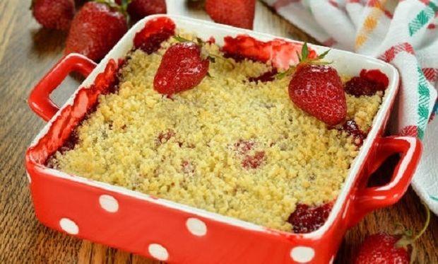 Συνταγή για το πιο λαχταριστό φραουλένιο γλυκό με 4 υλικά!
