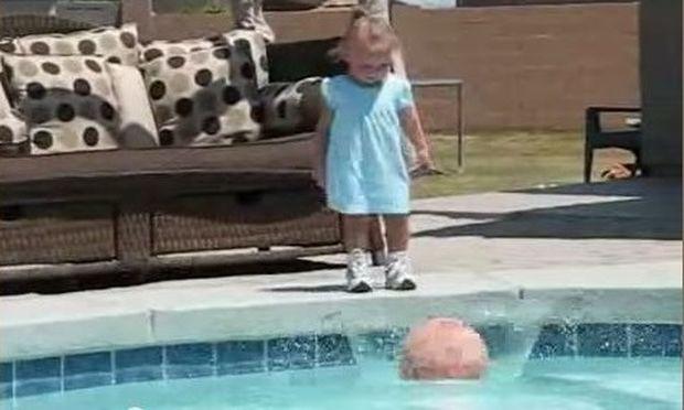 Αυτό το κοριτσάκι ρίχνει την μπάλα του στην πισίνα, αυτό που ακολουθεί απλά σοκαριστικό! (βίντεο)