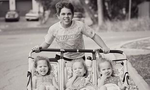 Τριπλή ευτυχία: Αφού είχαν 3 αγόρια, ο Θεός τους ευλόγησε με τρίδυμες κόρες! (εικόνες)