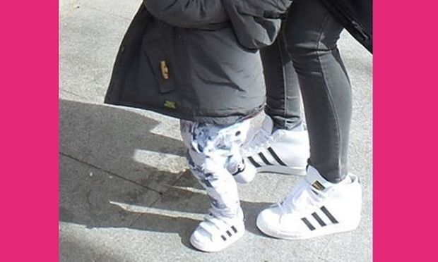 Τι γλυκό! Μαμά και γιος έβαλαν τα ίδια παπούτσια! Μαντεύετε ποια είναι η διάσημη μανούλα; (εικόνα)