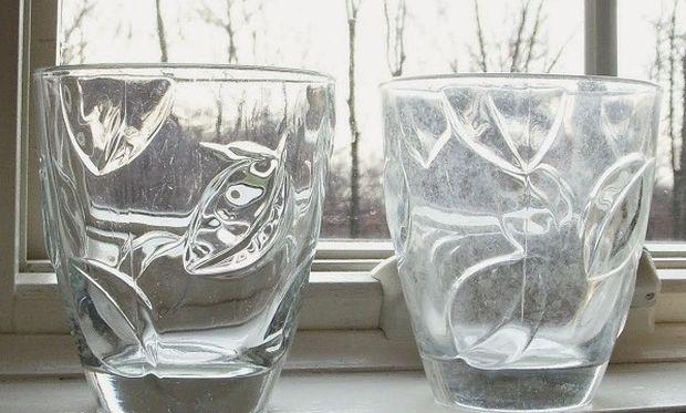Δεν πάει ο νους σας πώς θα καθαρίσετε τα θαμπά ποτήρια της κουζίνας σας!