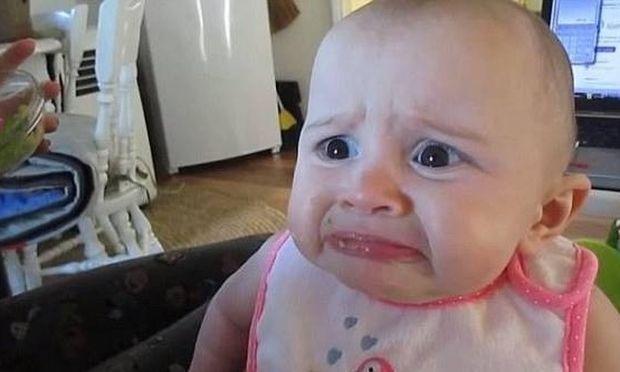 Ξεκαρδιστικό: Δείτε πώς αντιδρά ένα μωρό που τρώει για πρώτη φορά αβοκάντο! (βίντεο)