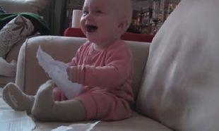 Αυτό το μωράκι ξεκαρδίζεται στα γέλια! Ο λόγος δεν σας περνάει καν από το μυαλό! (βίντεο)