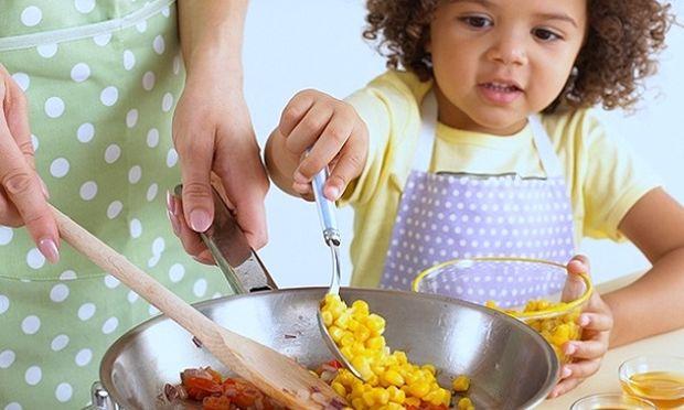 Αυτό είναι το κόλπο για να καθαρίσετε εύκολα το καμμένο φαγητό από τα σκεύη της κουζίνας