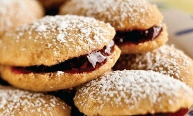 Συνταγή για τα πιο νόστιμα μπισκότα με γέμιση φράουλα
