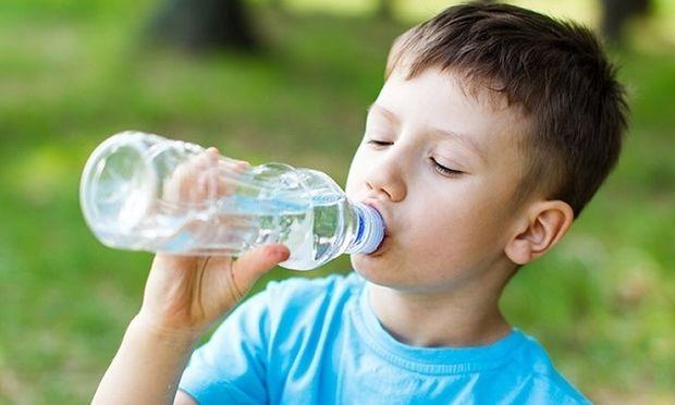 Κάνει ένα παιδί να πίνει νερό από πλαστικό μπουκάλι;