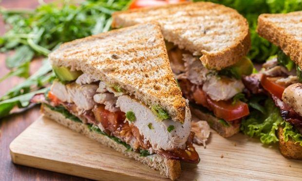 Club sandwich με κοτόπουλο, μπέικον και αβοκάντο!