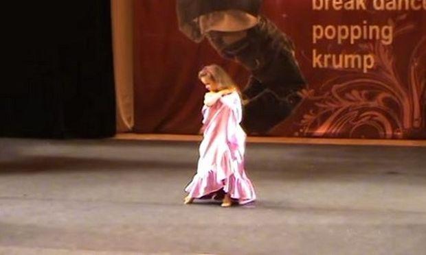 Αυτό το κορίτσι στέκεται στη σκηνή. Δείτε τι συμβαίνει μόλις ανοίγει τα χέρια του! (βίντεο)