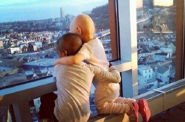 Συγκινητικό: Αυτή είναι η φωτογραφία των 2 κοριτσιών μετά τη χημειοθεραπεία που έχει γίνει viral