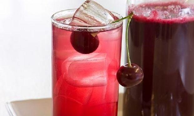 Συνταγή για σπιτική δροσερή βυσσινάδα με 3 υλικά!
